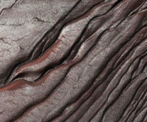 Les ravines de la planète Mars formées par la glace carbonique, et non de l'eau liquide