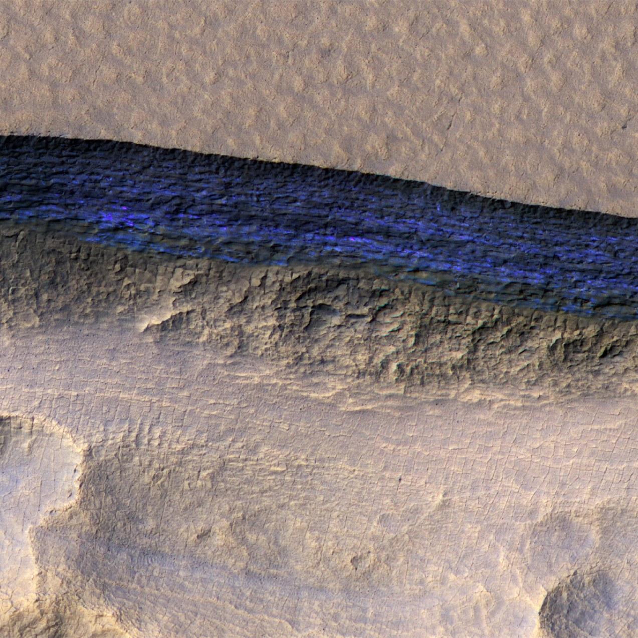 La sonde Mars Reconnaissance Orbiter a détecté des strates de glace (ici coloriées en bleu) à quelques mètres sous la surface martienne. — NASA/JPL/UNIVERSITY OF ARIZONA/USGS