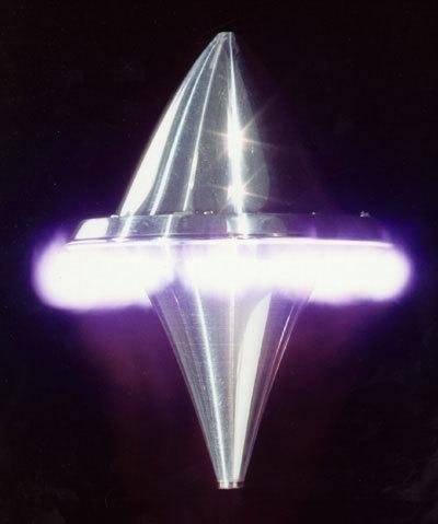 Le LightCraft, propulsé par un rayon laser. La pointe du bas focalise le laser sur le pourtour où a lieu le réchauffement de l'air qui se transforme en plasma.