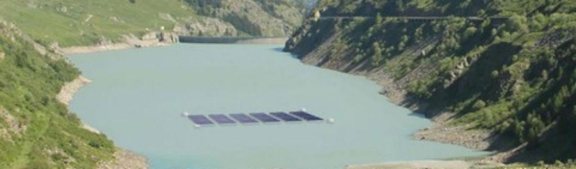 Une centrale solaire flottante sur un lac alpin suisse