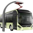 Un bus de ville, à moteur diesel, hybride rechargeable électriquement au terminal