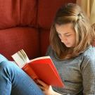 Assis ou couché : dans quelle position étudier ?