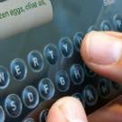 Un écran tactile fait apparaitre et disparaitre des formes sous vos doigts